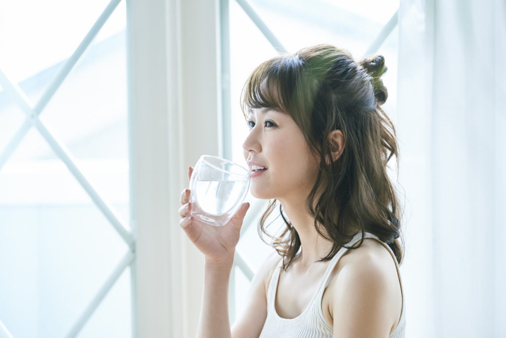 ランキングで水素水を選ぶ女性