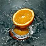 水素水に落ちたオレンジ