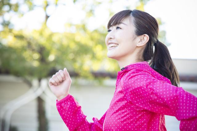 水素水を飲んで走る女性