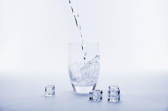 水素水を注がれたコップ