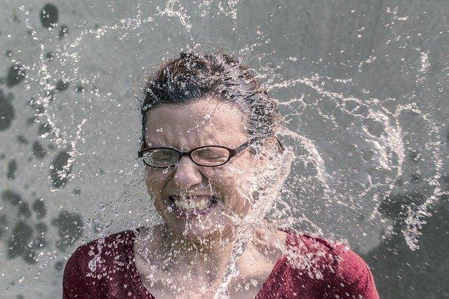 水素水を全身で浴びる女性