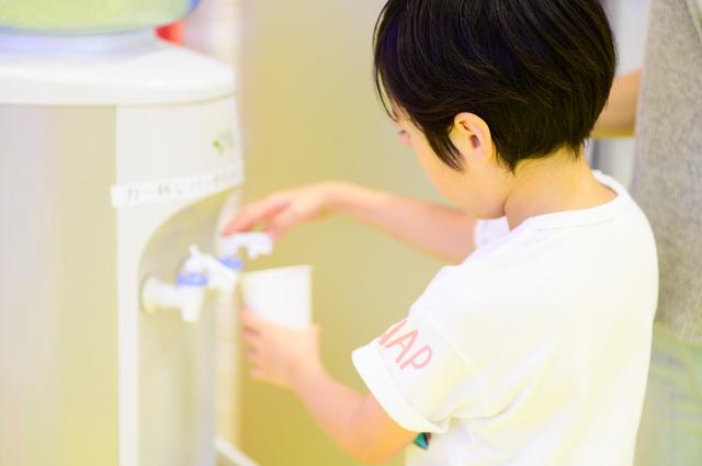 水素水サーバーを利用する子供