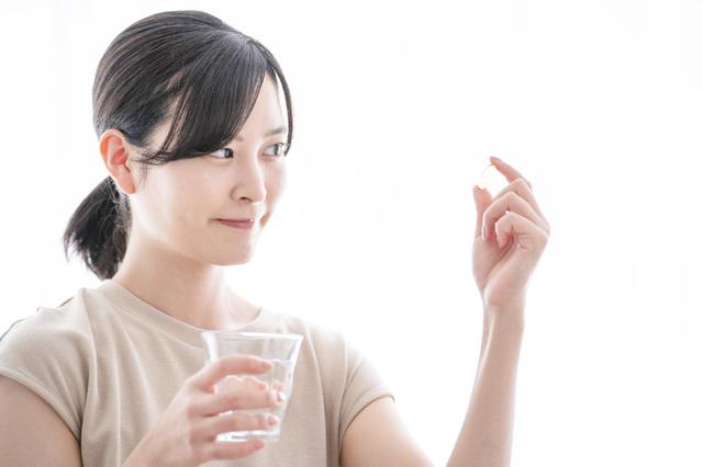 水素サプリを試す女性
