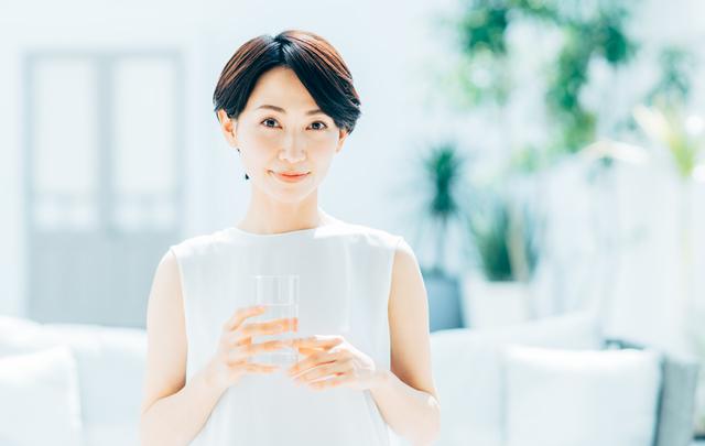 シリカ水を愛飲する女性