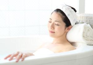 水素水風呂を堪能する女性