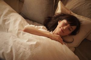 水素水を飲んで寝る女性