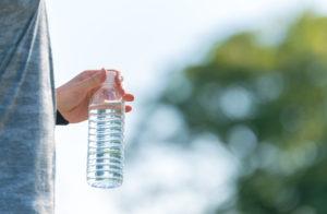 天然活性水素水を手に持つ男性