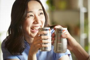 水素水を飲んでからお酒を飲む女性
