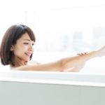 水素水風呂に入る女性
