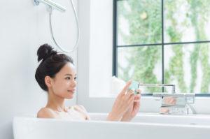 水素水風呂と知らずに入浴している女性