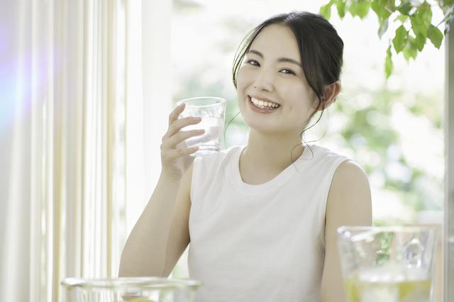 水素水を自宅で作る女性