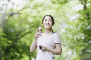 水素水をボトルに入れている女性