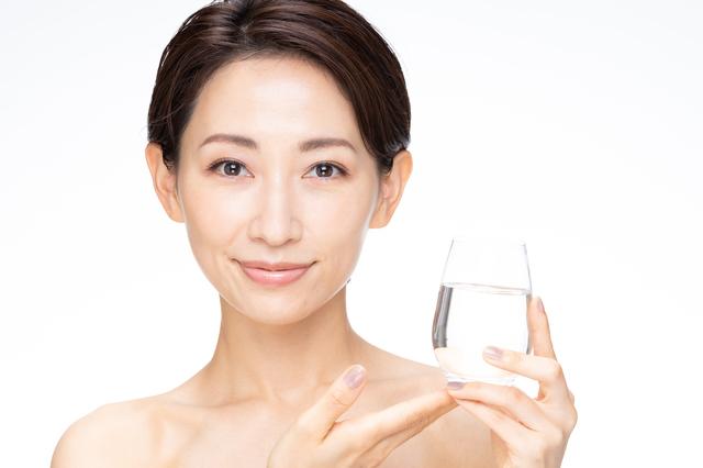天然活性水素水を推す女性