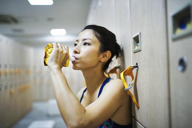 水素ゼリーを飲む女性