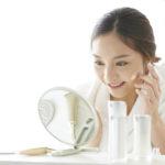 水素水化粧水をつける女性