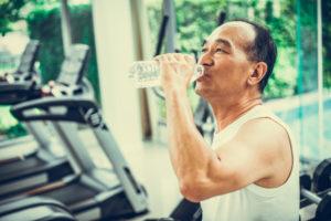 水素水を飲む男性
