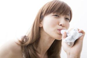水素ゼリーを愛飲する女性
