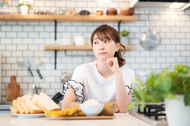 ダイエットで漢方を飲むか悩む女性