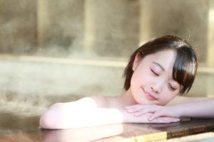 若年性更年期障害を気にして湯舟につかる女性