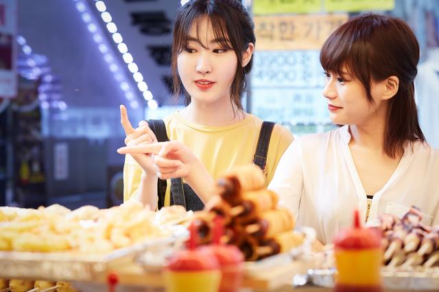 韓国コスメを買いに来た女性