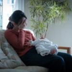 産後の更年期障害に悩む女性