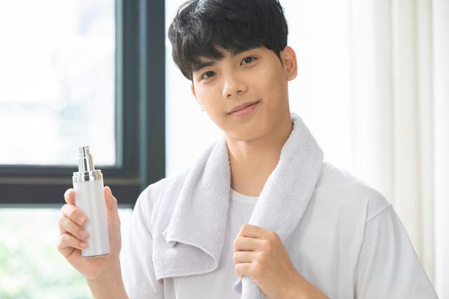 男性向け化粧水を使う男性