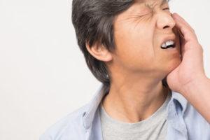 口内炎に苦しむ男性