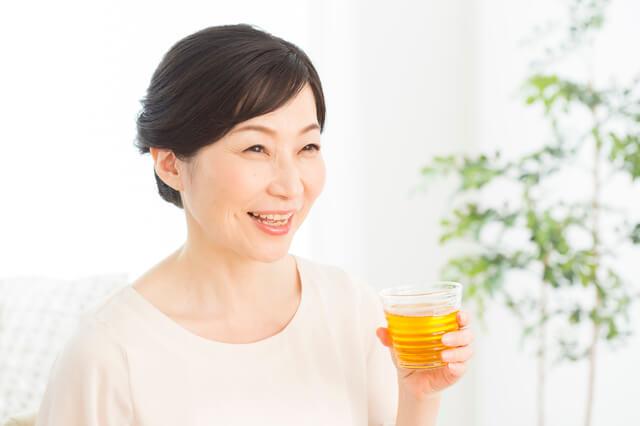 更年期に効くお茶を飲む女性