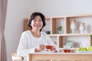 更年期をお茶で緩和する女性
