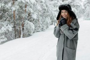 冬用ファンデーションで防御する女性