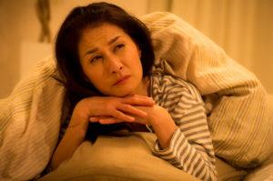 夜間頻尿の対策を考える女性