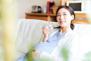 DHAサプリメントを飲む妊婦