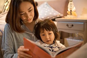 漢方を飲み落ちついて本を読む親子