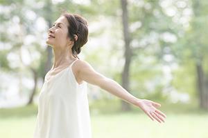 深呼吸をする更年期の女性