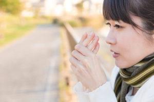 寒暖差アレルギーと戦う女性